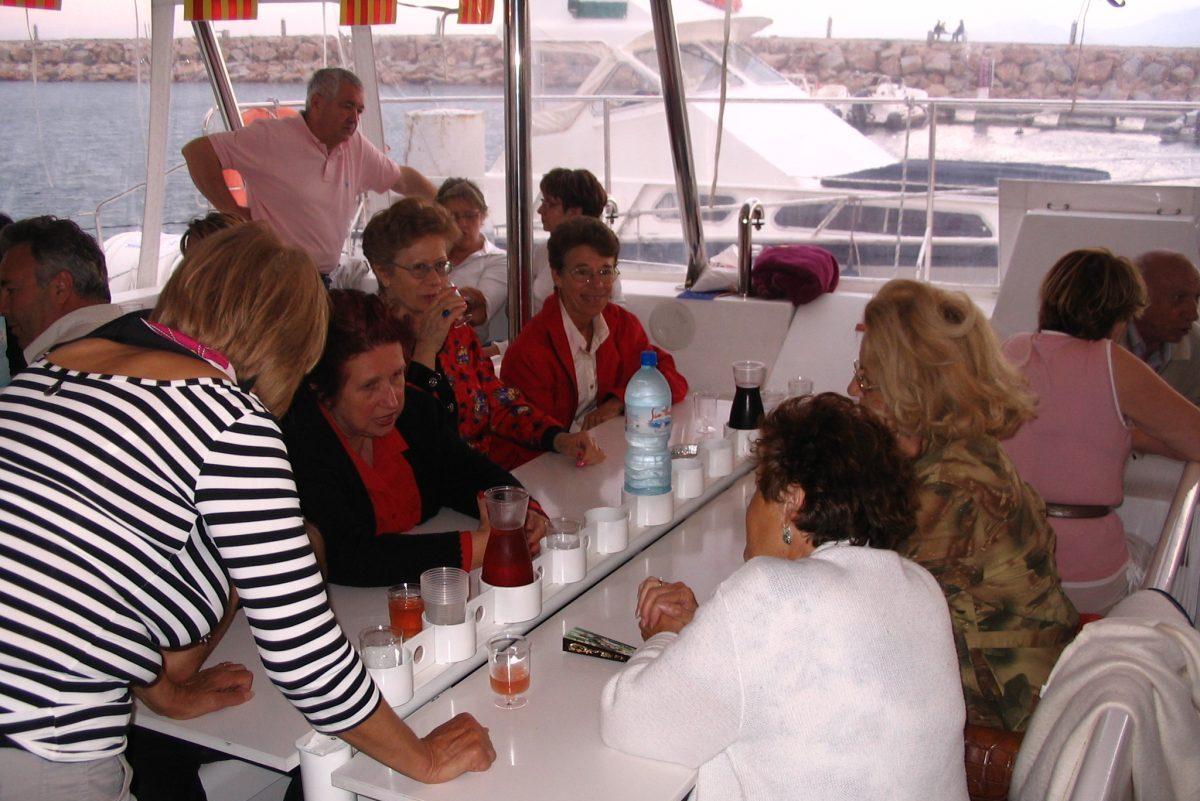 catamaran navivoile tarifs groupe agence bateau non privatise au depart de port vendres ou canet en roussillon passagers avant depart du quai