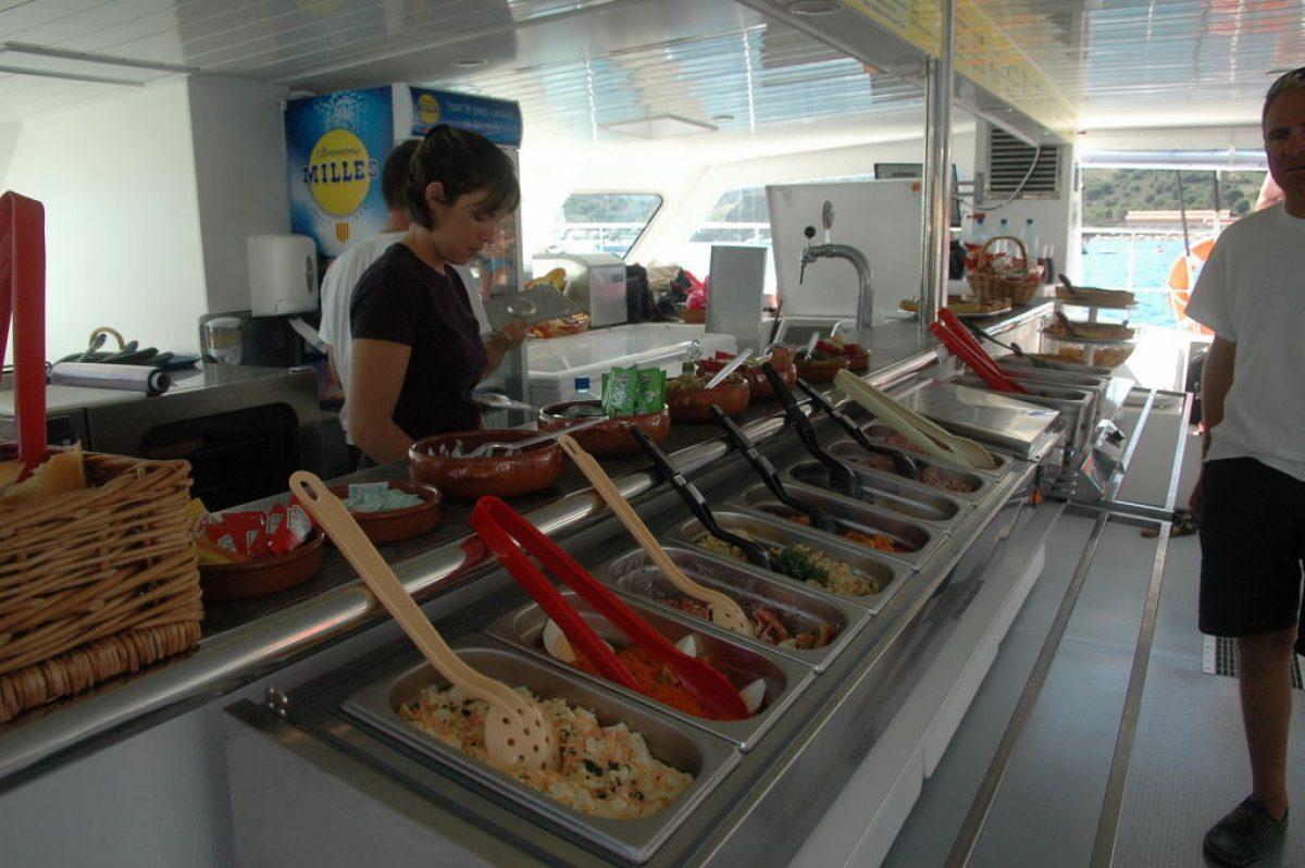 catamaran navivoile tarifs groupe agence bateau non privatise au depart de port vendres ou canet en roussillon photo mise en place buffet libre