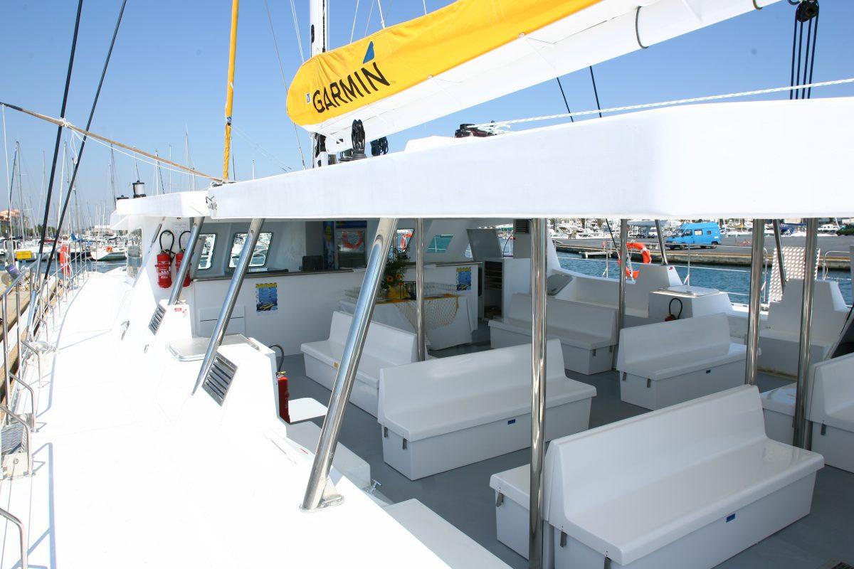 catamaran navivoile tarifs groupe agence bateau non privatise au depart de port vendres ou canet en roussillon vue sur pont et nacelle
