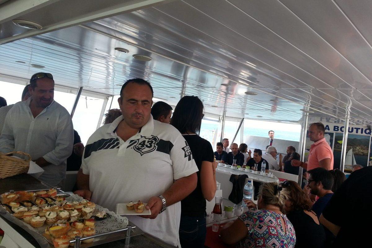 catamaran navivoile tarifs groupe agence bateau privatise au depart de canet en roussillon ou port vendres dans les pyrenees orientales au moment du dejeuner