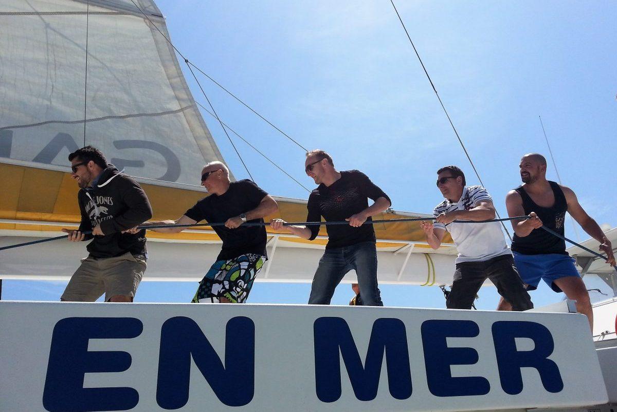catamaran navivoile tarifs groupe agence bateau privatise au depart de canet en roussillon ou port vendres dans les pyrenees orientales debut hissage voile