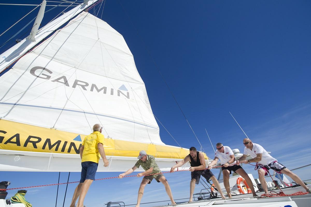 catamaran navivoile tarifs groupe agence bateau privatise au depart de canet en roussillon ou port vendres dans les pyrenees orientales hissage de la grand voile