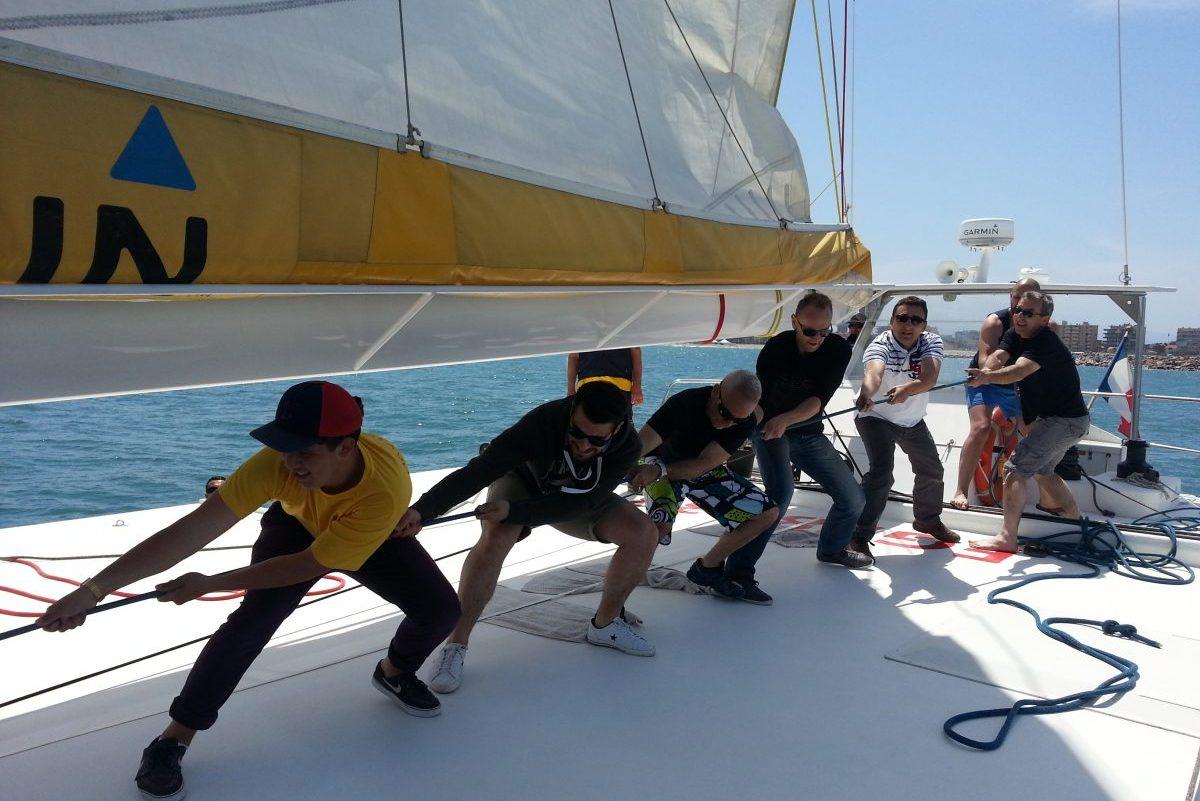 catamaran navivoile tarifs groupe agence bateau privatise au depart de canet en roussillon ou port vendres dans les pyrenees orientales mise en place des voiles