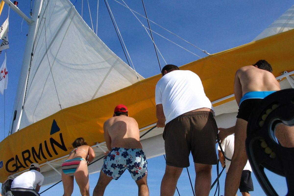 catamaran navivoile tarifs groupe agence bateau privatise au depart de canet en roussillon ou port vendres dans les pyrenees orientales passagers qui hissent la voile