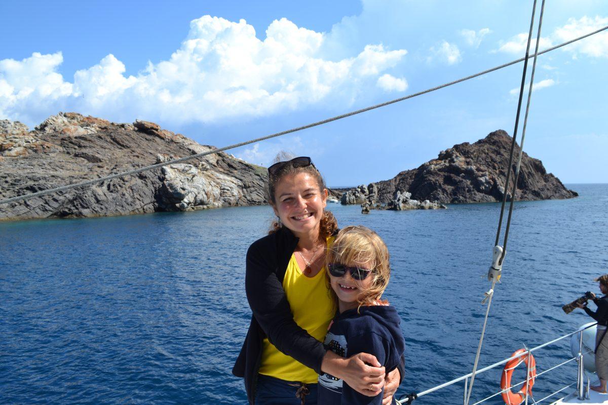 qui sommes nous catamaran navivoile entreprise familiale depuis 1992 avec caroline notre marin et hotesse a bord du bateau dans les pyrenees orientales