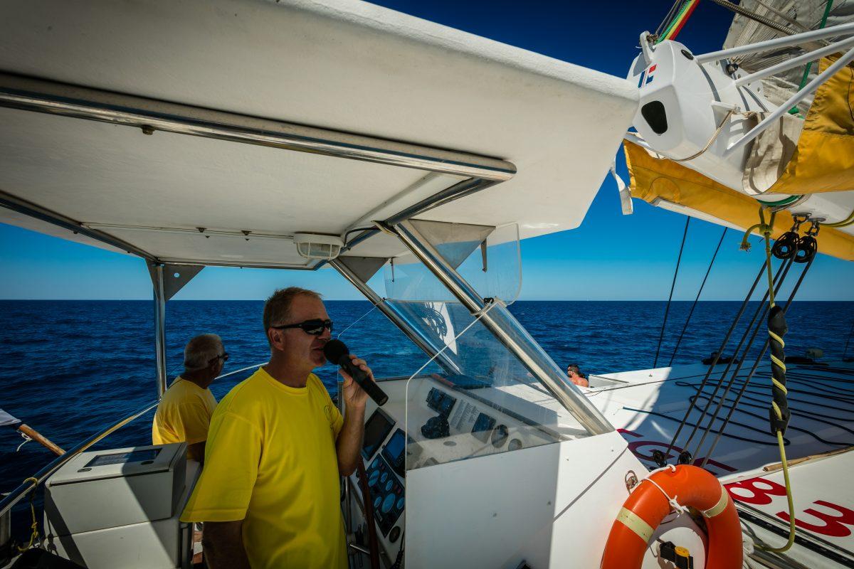 qui sommes nous catamaran navivoile entreprise familiale depuis 1992 avec cyril le capitaine a bord du bateau dans les pyrenees orientales