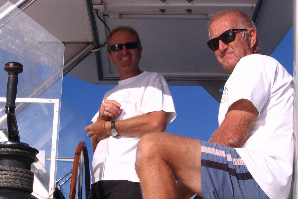 qui sommes nous catamaran navivoile entreprise familiale depuis 1992 avec son fondateur et armateur bernard SINTES a bord de son bateau navivoile en face de canet en roussillon