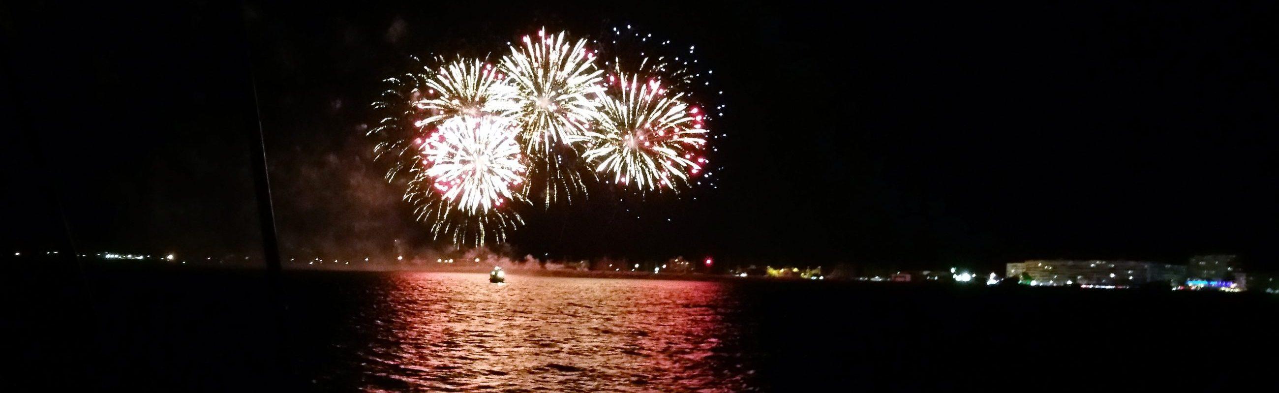 catamaran navivoile feu artifice du 15 août de port saint cyprien au départ de canet en roussillon